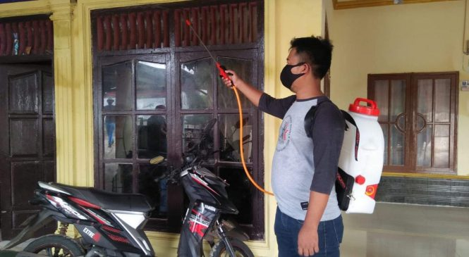 Para pemuda dan Mahasiswa Lakukan Penyemprotan Disinfektan dan Berbagi Di Bulan Ramadhan