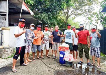 Cegah Covid-19, Warga RT 11 Villa Dago Tol Berbagi Masker dan Sanitazer