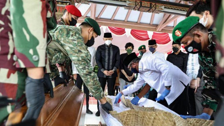 Hadiri Prosesi Pemakaman Ibu Ageng, SBY dan AHY Kenang Almarhumah