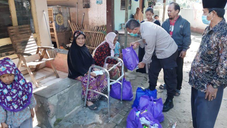 Biro Rena Polda Banten Bagikan Puluhan Paket Sembako dan Beri Santunan Anak Yatim