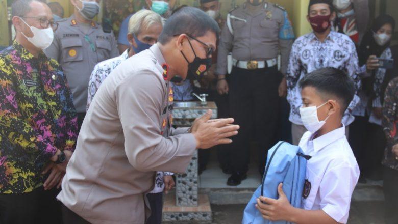 Peduli PTM, Polda Banten Kunjungi SDN Majalaya Tunjung Teja Berbagi Alat Perlengkapan Sekolah